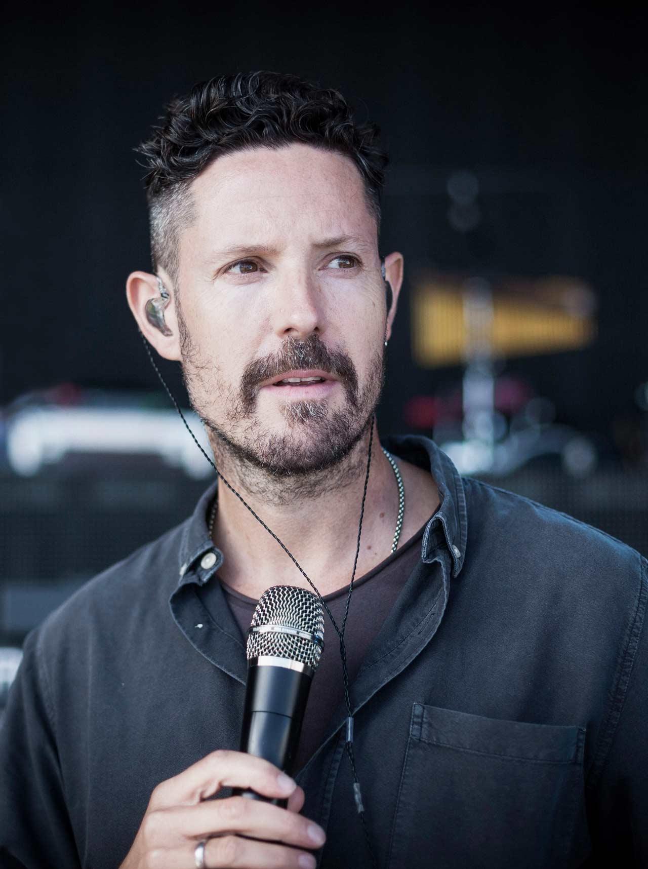 Max Herre steht am 6. Juli 2019 auf der großen Open-Air-Festivalbühne des Mercedes-Benz Konzertsommers. Copyright: Mika Väisänen