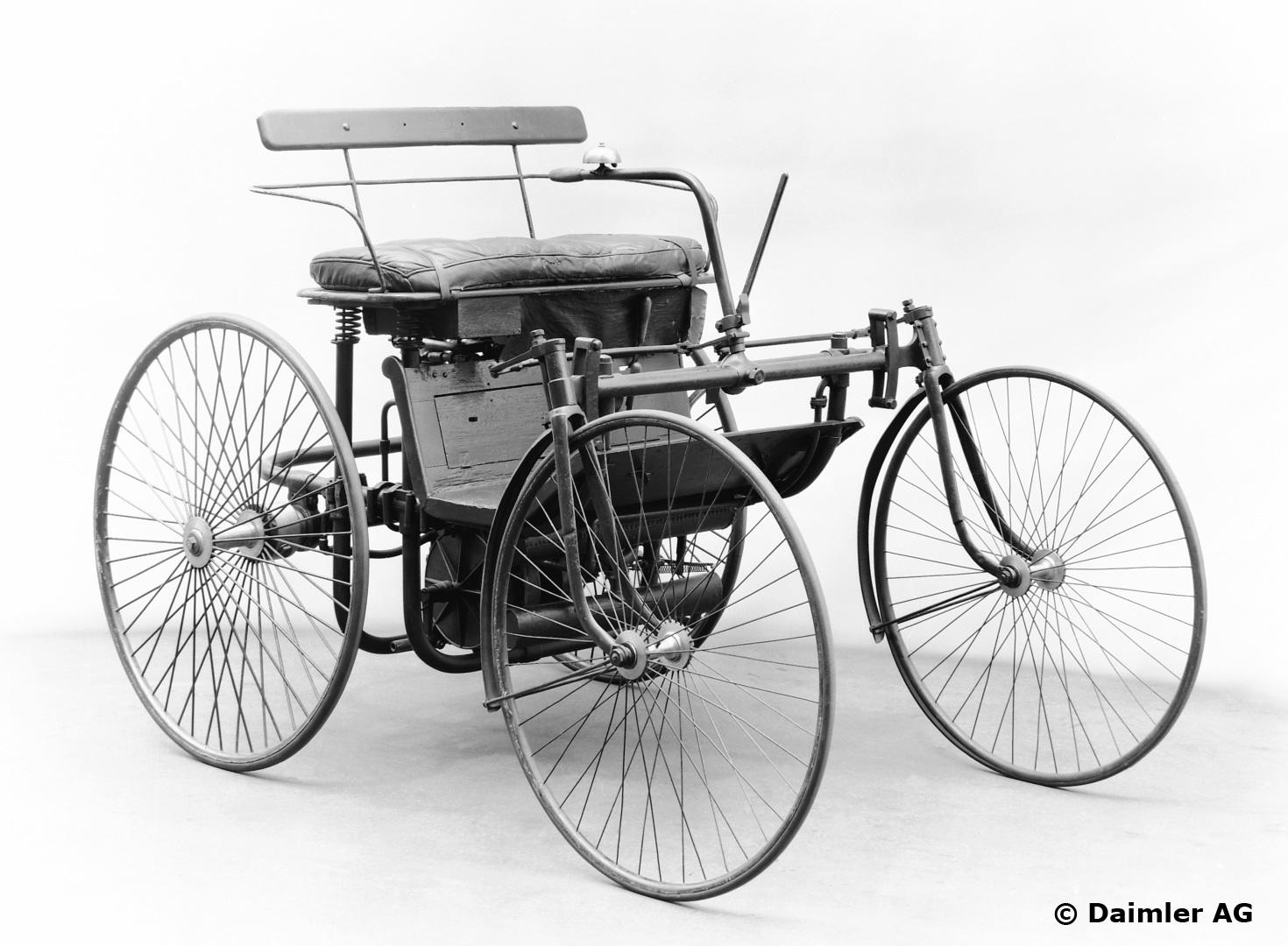 Maybach konstruiert den eleganten, leichten und technisch fortschrittlichen Daimler Stahlradwagen 1889 als komplettes Automobil. Er ist ausgestattet mit Zweizylinder-V-Motor, wassergekühlten Zylinderköpfen, Rohr-Umlaufkühlung, Glührohrzündung, Schwimmervergaser und dem ersten Viergang-Zahnradgetriebe der Welt, aber noch ohne Achsschenkellenkung. Die vorderen Radaufhängungen erinnern mit ihren Gabeln stark an Fahrradkonstruktionen.